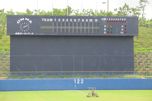 電光掲示版式のスコアボードで野球の試合を演出します。